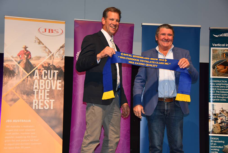 Minnamurra QCL Thompson Longhorn managing director Byron Wolff presents the Class 38C Eating Quality winner, Dennis Power, Minnamurra Pastoral Co. Image: Queensland Country Life