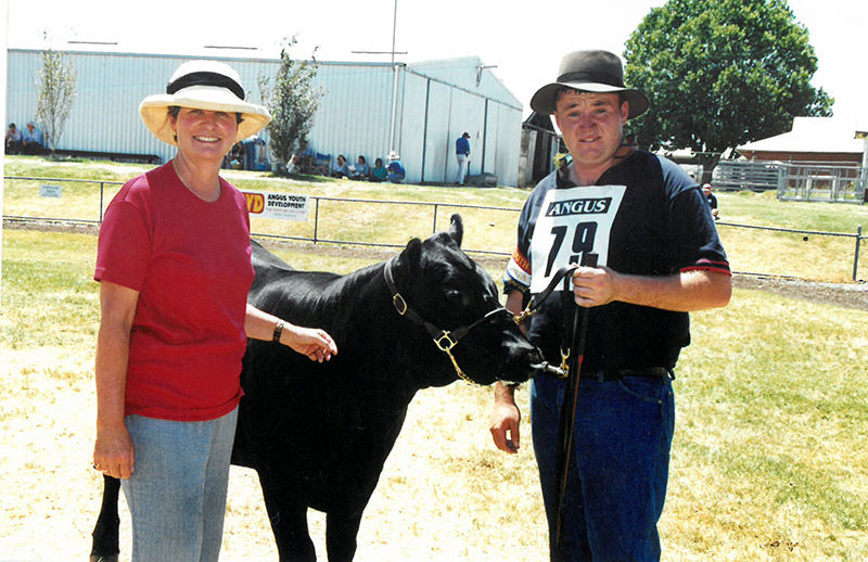 Cherry Steel presenting Chris Garvin with his Grand Champion parader award at the 1999 Angus Youth National Roundup in Wodonga VIC
